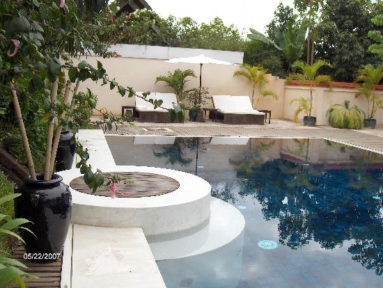 Heritage Suites Hotel: Lazy relaxing times by the pool - lovely