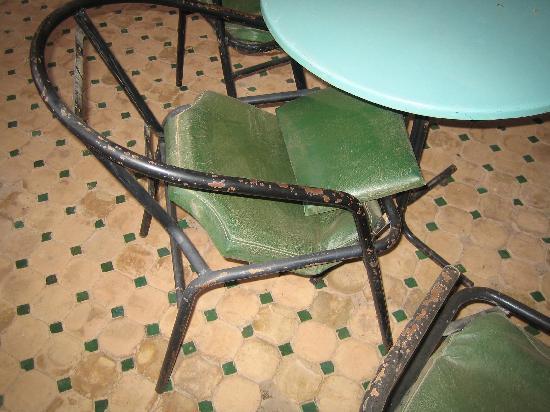 Hotel Club Campaville: chaises de terrasses pitoyables et tout le mobilier exterieur idem