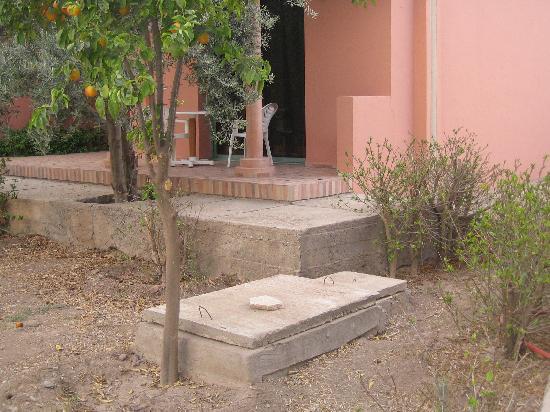 Hotel Club Campaville: égout au pied de notre terrasse: senteurs marocaines