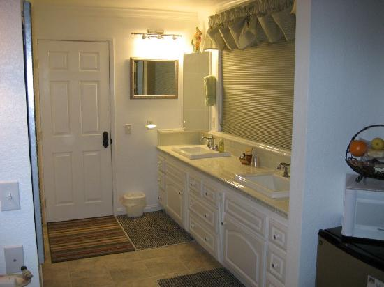 Vulture's View Bed and Breakfast: wash basins with door to shower and toilet