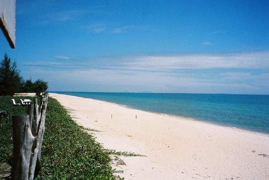 Merang Suria Resort: Beach outside the hotel