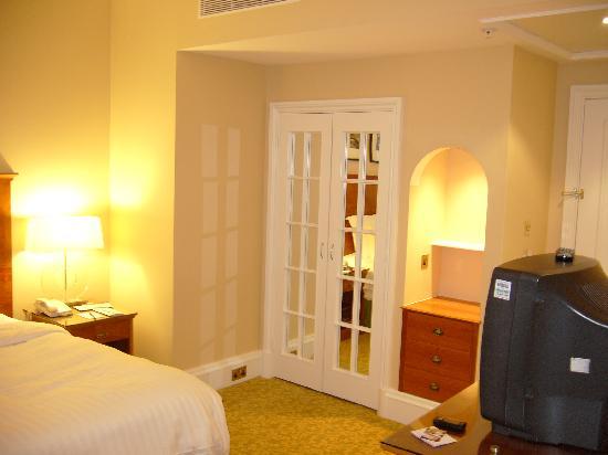 Birmingham Marriott Hotel: Wardrobe (mirrored doors)