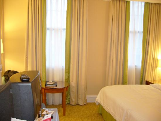 Birmingham Marriott Hotel: Two large windows, nice and bright