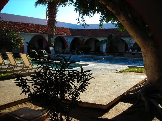 Desert Inn Catavina: Courtyard with pool