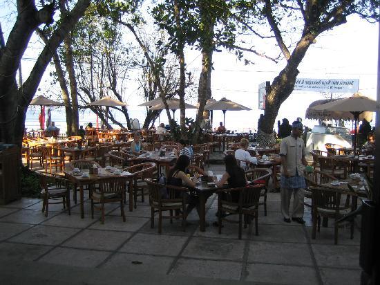 Kumala Hotel: Restaurant - outdoor