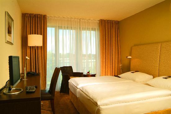 unser zimmer bild von the rilano hotel hamburg hamburg tripadvisor. Black Bedroom Furniture Sets. Home Design Ideas