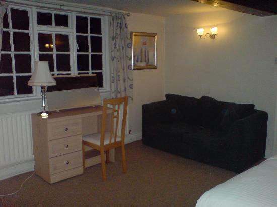 Crown Inn: Sofa in a superior class room (room 1)