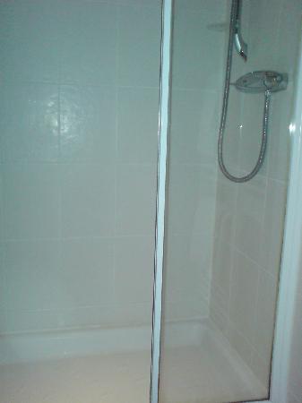 Crown Inn: Shower in a standard room (room 5)