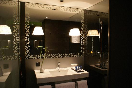 Movenpick Hotel Stuttgart Airport: Bathroom & Shower (see through mirror to watch TV while shower)