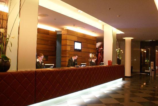 Movenpick Hotel Stuttgart Airport & Messe: Front desk