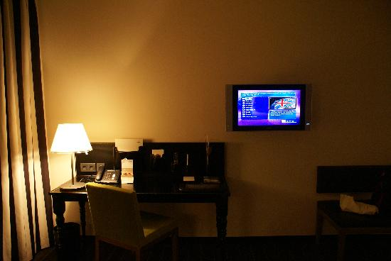 Movenpick Hotel Stuttgart Airport: Workstation and Flat screen TV