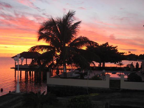 Hiti Moana Villa : jetty at sunset