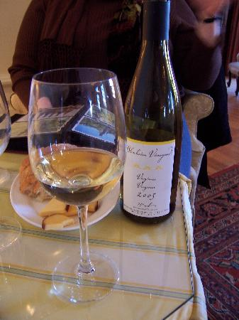Keswick, Βιρτζίνια: Now THAT is a POUR (The '05 Viognier- delicious)