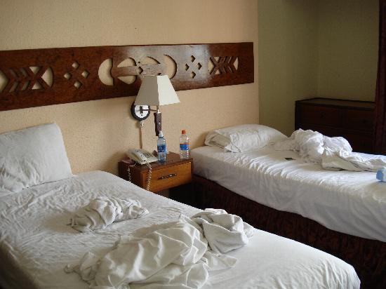 Tower House Suites: Las camas.  Esta es una habitación triple. ¿y la otra cama?
