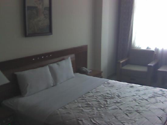 Ngoc Ha Hotel: Bed with window facing the main street