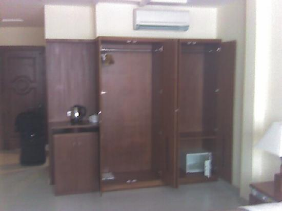 Ngoc Ha Hotel: lots of storage space with a in room safe