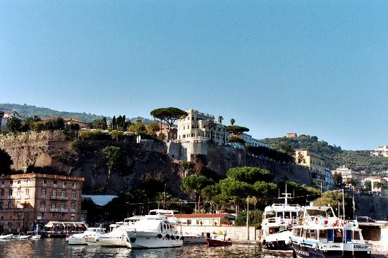Sorrente, Italie : Sorrento, looking up from the Marina Piccola