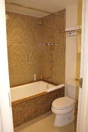 Seminole Hard Rock Hotel Hollywood : La baignoire de notre chambre... avec une jolie faïence !