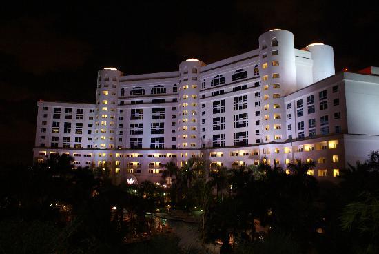 Seminole Hard Rock Hotel Hollywood : L'hôtel de nuit... vu du parking du toit !