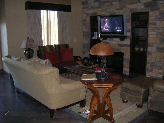 Glacier Canyon Lodge: Living room