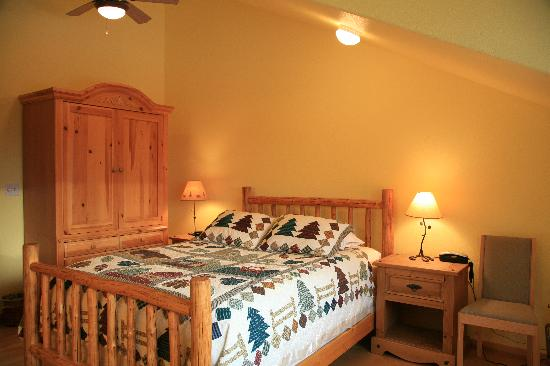 Grand View Bed & Breakfast: Comfortable beds are decorated with beautiful quilts.