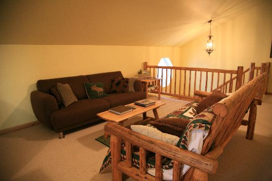 Grand View Bed & Breakfast: The lounge features Alaska themed decor.
