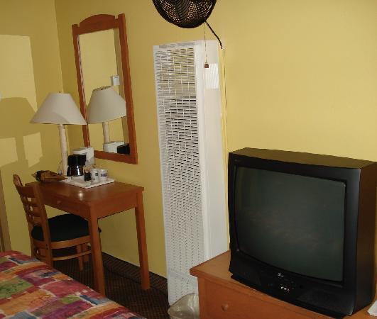 Travelodge San Francisco Central: Desk,funny air conditioner