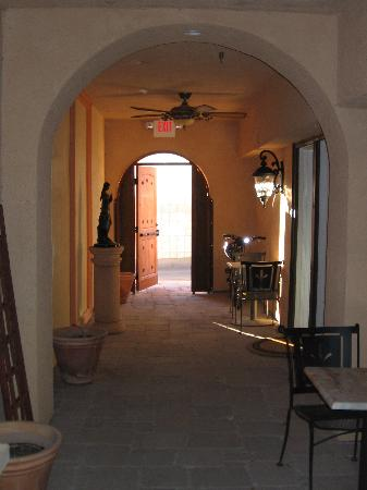 Milo's Inn at Boulder: Hallway leading out of the courtyard
