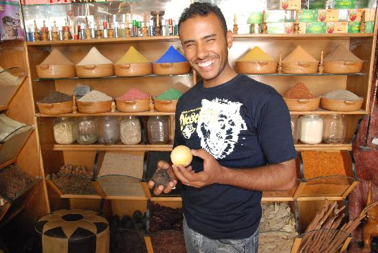 Assouan, Égypte : Ahmed, Spice shop in Aswan