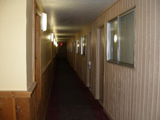Best Western Teton West: Dark Hallway