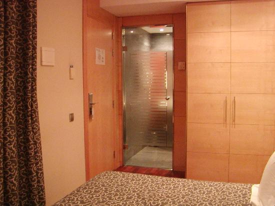 Sansi Diputacio Hotel: foto della camera e porta del bagno