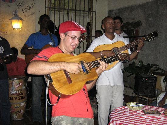 Casa de La Trova : playing the tres at the Trova