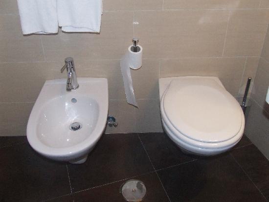 Hotel Re di Roma: bathroom