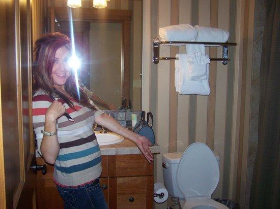 Hyatt Main Street Station: Tracy showing us the toilet