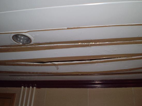 Hong Kong Tai Wan Hotel: Packing tape ceiling