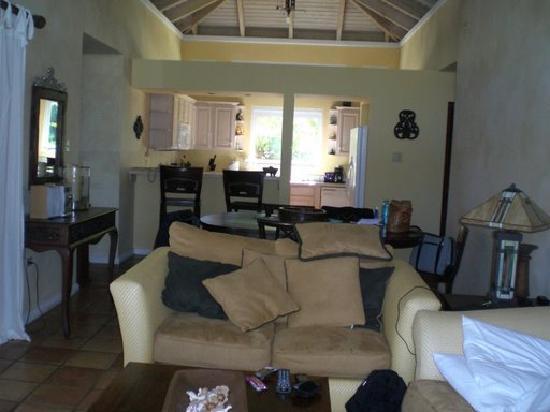 Villa Montana Beach Resort: Living Room in the 2 bed room villa!