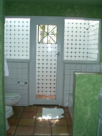 Villa Montana Beach Resort: Master Bathroom w/ out door shower