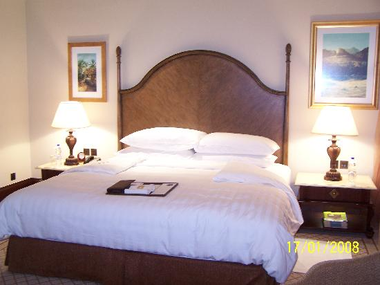 Shangri-La Hotel, Qaryat Al Beri, Abu Dhabi: Bed in premier room