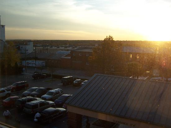 Hampton Inn Columbia - Downtown Historic District: View of the parking lot from my window