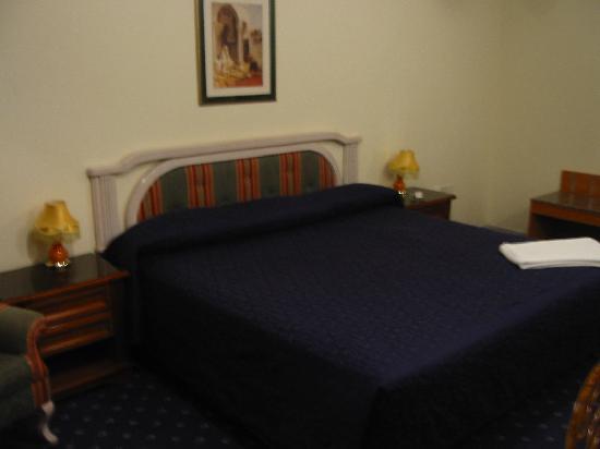 Ramee Guestline Deira Hotel: Big bed..
