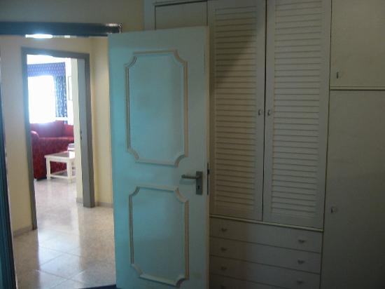 Ramee Guestline Deira Hotel: storage in room