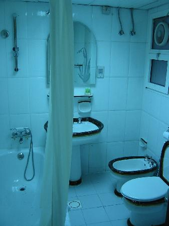 Ramee Guestline Deira Hotel: ensuite, same as other bathroom