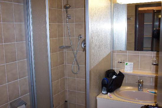 City Club Hotel: Shower