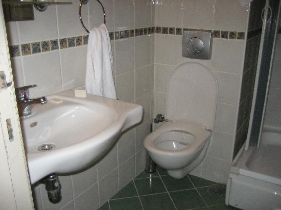 Barin Hotel: Good bathroom