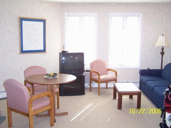 Beachcomber Resort At Montauk: Beachcomber 1BR Hill House livingroom