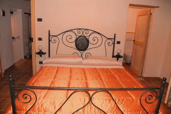 Casale Ripalta Bed & Breakfast: camera arancione
