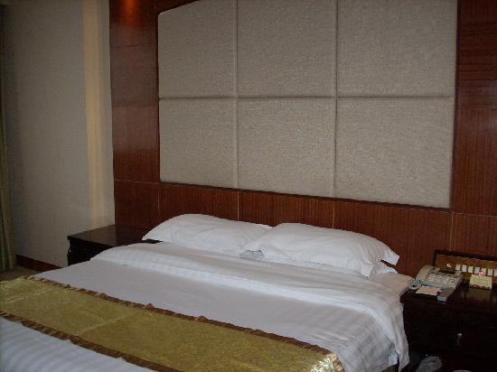 Chaozhou Guest Hotel: Hotel's bed