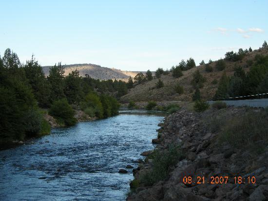 Kah-Nee-Ta Resort & Spa: River through The Village