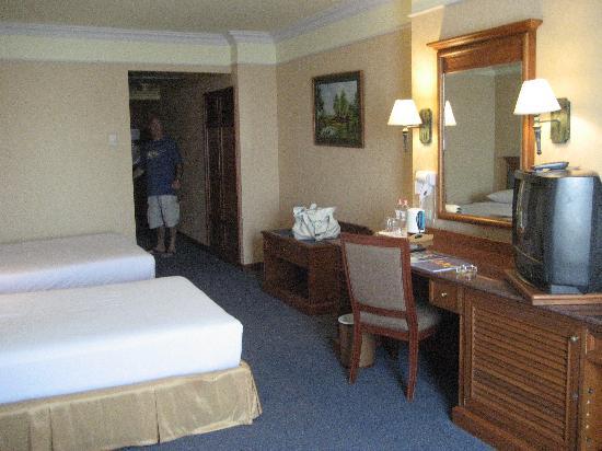 Royal Benja Hotel: Una de las habitaciones por dentro, amplia y limpia