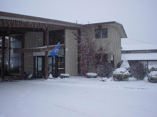 Americas Best Value Inn - Lodge on the Green: Cozy snowy day at the Lodge